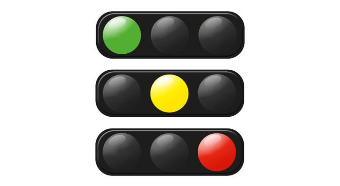 trafikljus med grönt, gult och rött ljus